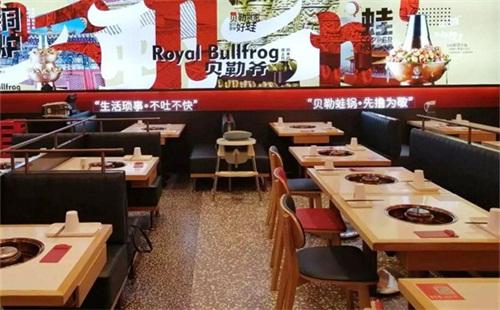 """这家火锅店开放""""堂食""""第一天,客人都在排队......."""