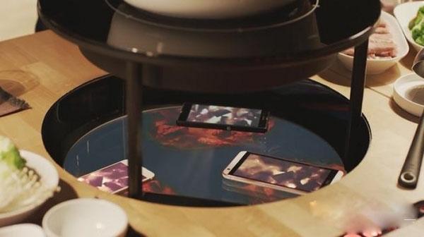 钱柜娱乐网站_玩手机的末日!钱柜娱乐网站的这张火锅桌,把手机放下去才能生火!
