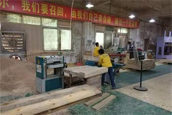 临近年关,海德利家具餐桌餐椅生产忙,各工序井然有序生